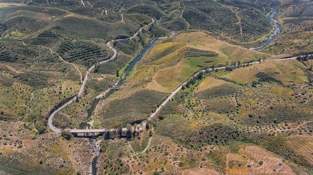 Antenne. terrein van alentejo, schieten vanaf de drone .. weg naar het dorp mertola.