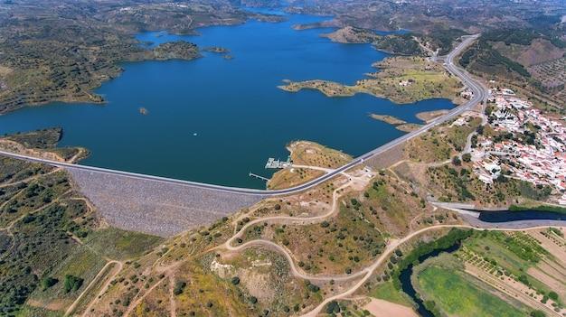 Antenne. videografie van drone, stuwmeer odeleite. portugal