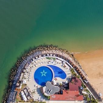 Antenne. zwembad op de oceaan. de foto uit de lucht is gemaakt door drones.