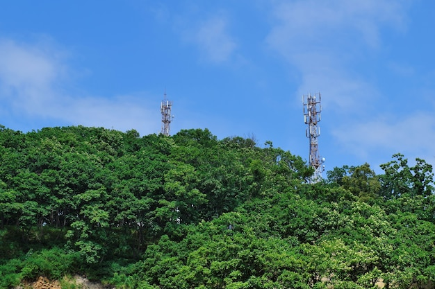 Antennetorens van 3g, 4g, 5g cellulaire communicatie, in een bosgebied op een heuvel in een landelijk gebied.