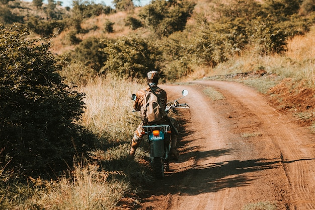 Anti stroperij bewaker op een motorfiets, op een onverharde weg