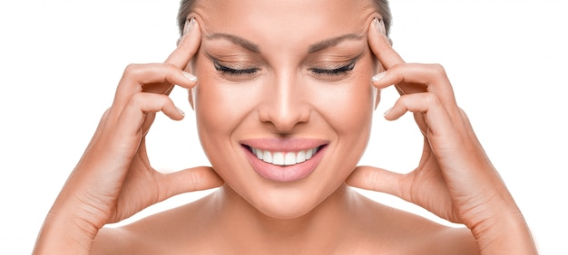 Anti-verouderingsconcept. smiley vrouw touchig gezicht