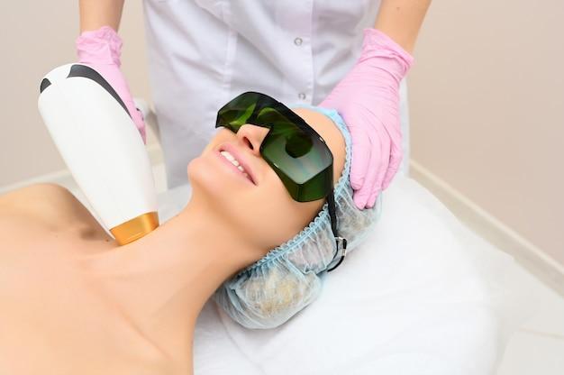 Anti-verouderingsprocedures. huidverzorging concept. vrouw die gezichtsschoonheidsbehandeling ontvangt, die pigmentatie verwijdert bij kosmetische kliniek. intense gepulseerde lichttherapie. ipl. verjonging, foto gezichtstherapie.