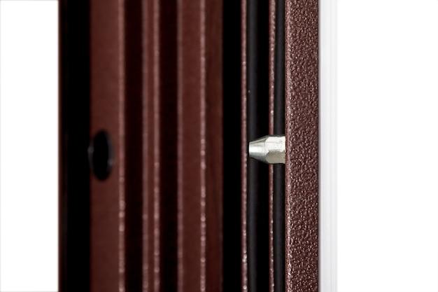 Anti-verwijderbare deur pinnen. beveiliging van uw voordeuren tegen verwijdering uit het kozijn. uw huis is volledig beveiligd. concept van gesloten deuren voor design appartement of kantoor. ruimte site kopiëren