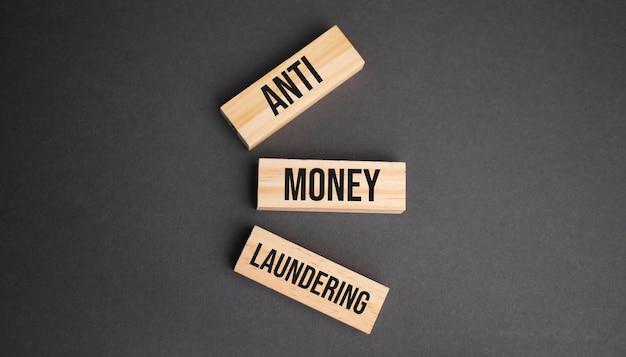 Anti-witwassen van geld woord geschreven op hout blok. objectieve tekst op tafel, concept.
