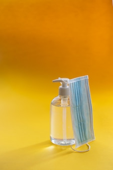 Antibacteriële gel en wegwerp gezichtsmasker, essentiële accessoires voor nieuwe normaliteit na covid 19.