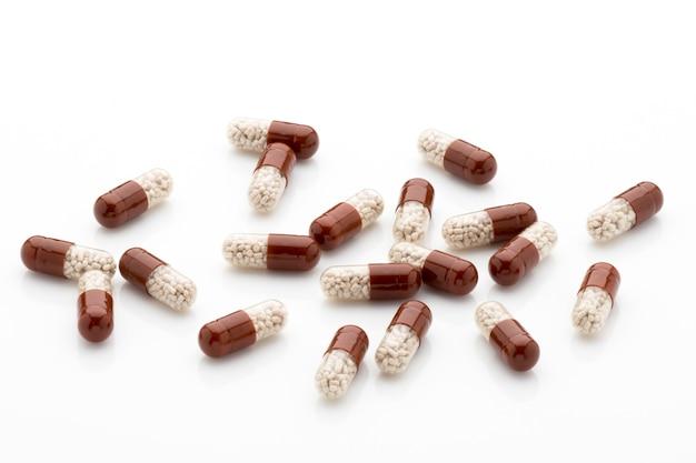 Antibiotica capsules op een witte achtergrond.