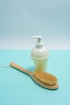 Anticellulitisborstel voor droge lichaamsmassage, aromatherapiezeep in een witte fles