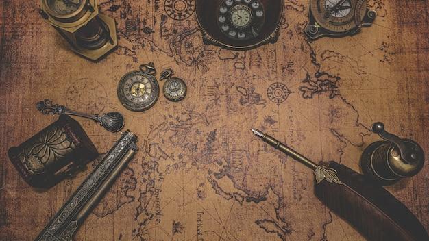 Antiek brons oude collectible op oude wereldkaart