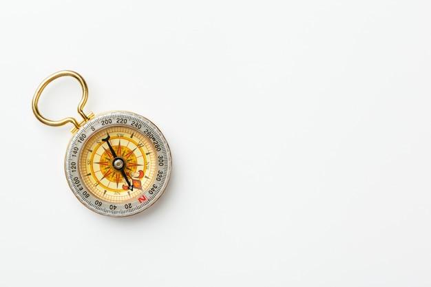 Antiek gouden kompas dat op witte achtergrond wordt geïsoleerd