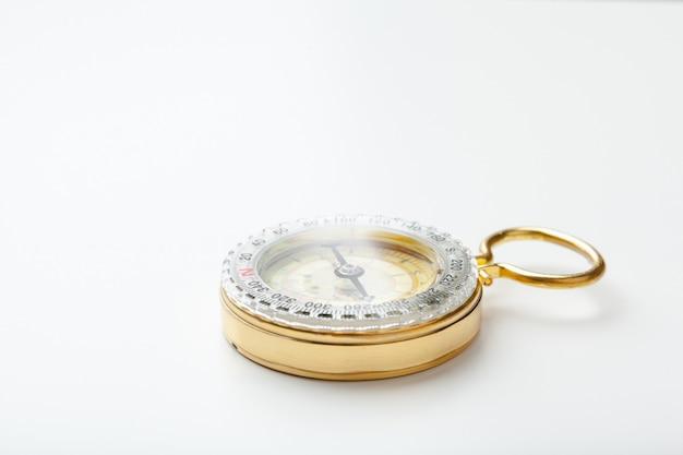 Antiek gouden kompas geïsoleerd