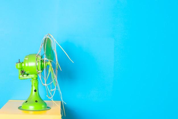 Antiek groen gekleurde waaier met blauw