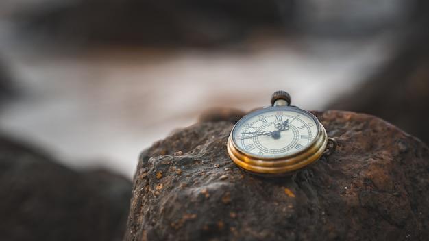 Antiek horloge op zee steen