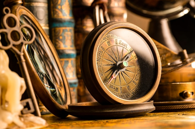 Antiek kompas op de vintage stijl.