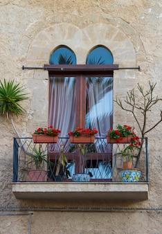 Antiek raam met balkon