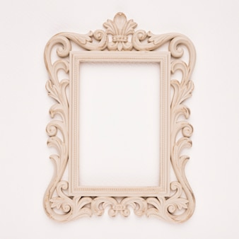 Antiek verguld houten frame op beige achtergrond