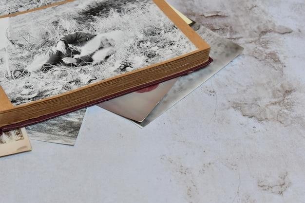 Antiek vintage album voor fotokaarten. de herinnering aan het verleden.