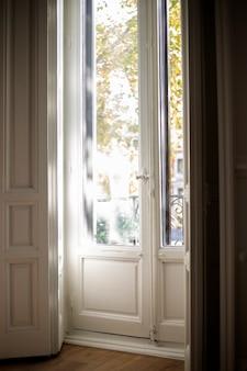 Antiek wit houten raam tot op de vloer