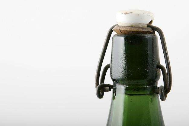 Antieke bovenkant van een groene fles met dop