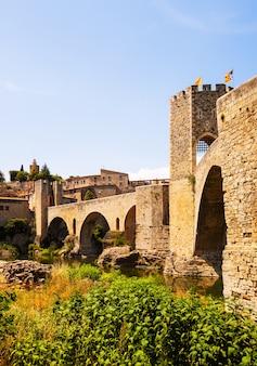 Antieke brug, besalu, catalonië