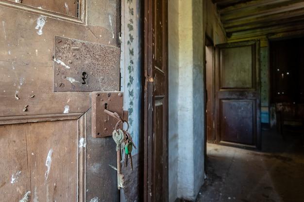 Antieke deur met roestige sleutels aan