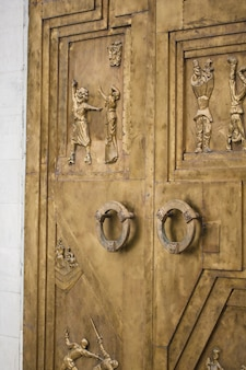 Antieke deuren met gravure van theaterpersonages