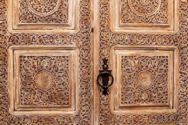 Antieke deuren. vintage stijlvolle houten deuren met houtsnijwerk, bruin met massief handvat.