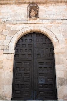 Antieke houten deur met de hand gemaakt