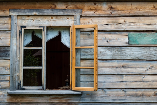 Antieke houten muur en geopend raam Premium Foto