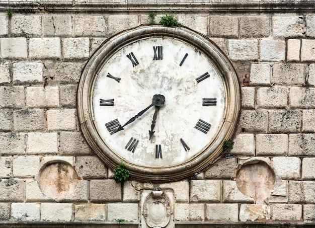 Antieke klok op een gebouw.