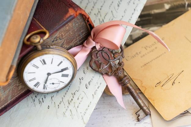 Antieke klok, sleutel en post
