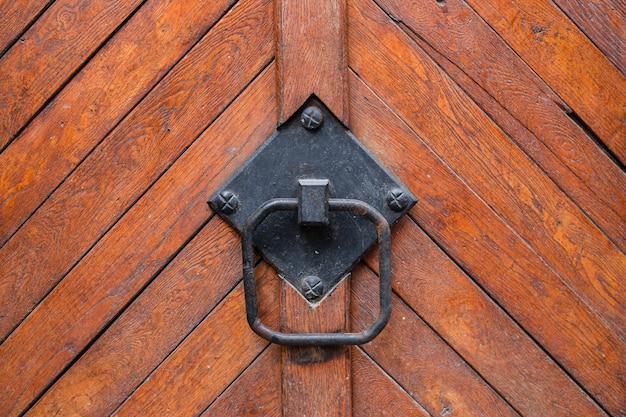 Antieke koperen deurklopper in de vorm, deurelement met metalen knop, antieke deurklopper