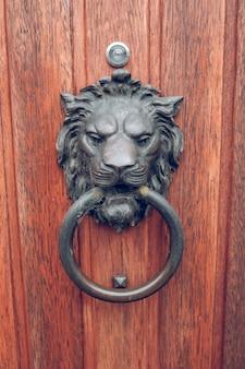 Antieke metalen sluiting in de vorm van een leeuwenkop die de ring vasthoudt