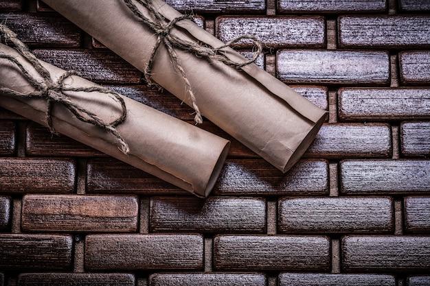 Antieke papierrollen met koord op rieten onderleggertje