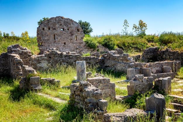 Antieke ruïnes in het park op een zonnige dag.