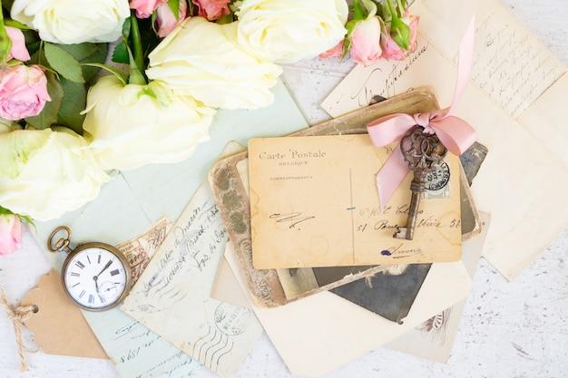 Antieke sleutels en brieven met envelop