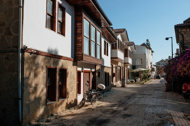 Antieke turkse binnenplaats met traditioneel gebouwen aziatisch architectuurconcept en buitenhuizen