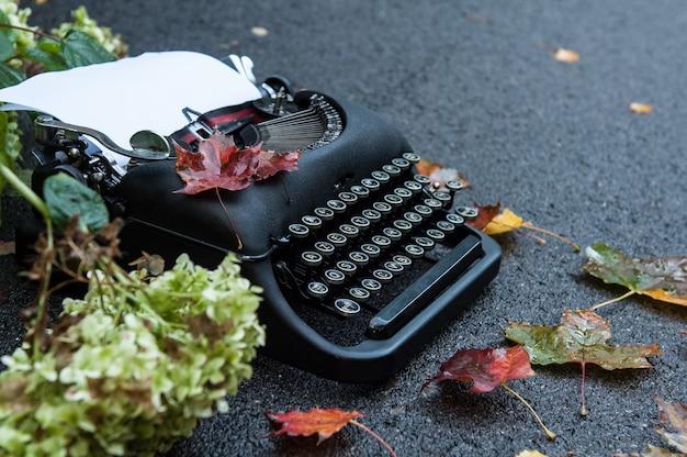 Antieke vintage typemachine in herfst achtergrond