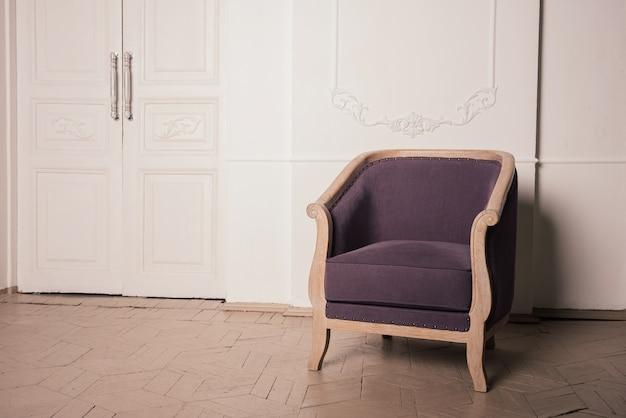 Antieke violet eiken fauteuil in het interieur
