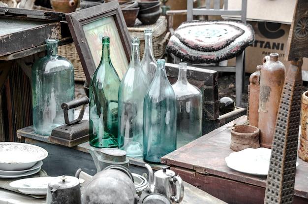 Antieke voorwerpen op een rommelmarkt close-up.