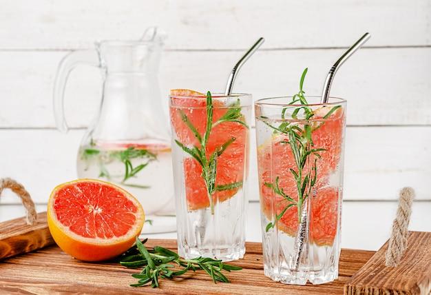 Antioxidant doordrenkt water met grapefruit en rozemarijn. gezonde levensstijl concept.