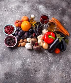 Antioxidant voedsel in betonnen tafel