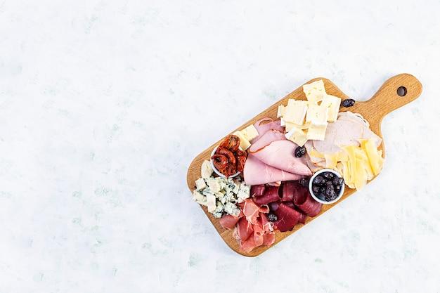 Antipastibord met ham, kaas en olijven