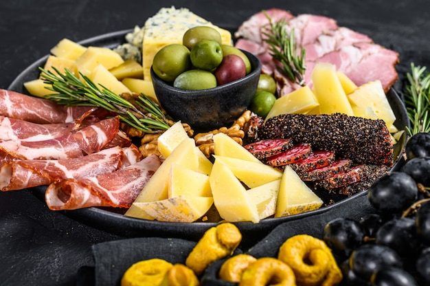 Antipastoschotel met ham, prosciutto, salami, blauwe kaas, mozzarella en olijven. bovenaanzicht