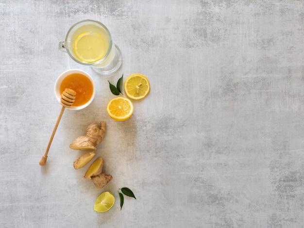 Antivirale drank met citroen, honing en gemberwortel, gezondheidsconcept, horizontaal met exemplaarruimte