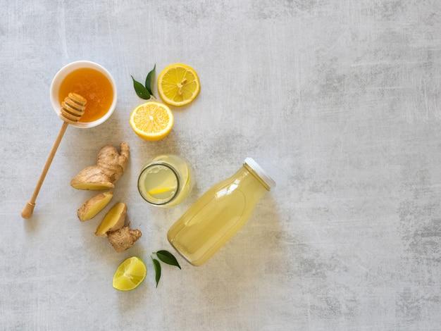 Antivirale drank met citroen, honing en gemberwortel, versterking van het immuniteitsconcept
