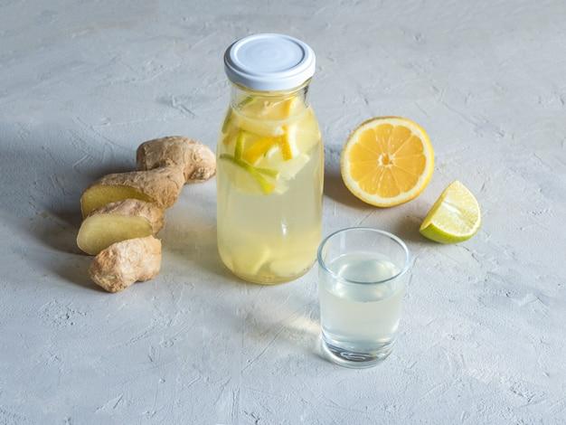 Antivirale tinctuur van alcohol met citroen en gemberwortel, versterking van het immuniteitsconcept