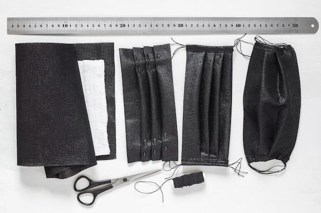 Antivirus bescherming. beschermende maskers naaien met zijn eigen handen gemaakt van zwarte stof