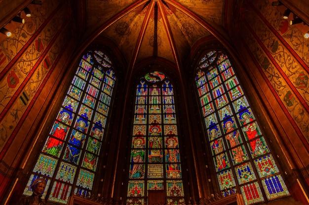 Antwerpen, belgië-2 oktober 2019: interieurs, schilderijen, glas in lood en details van de kathedraal notre dame d'anvers in antwerpen, vlaams gewest, belgië