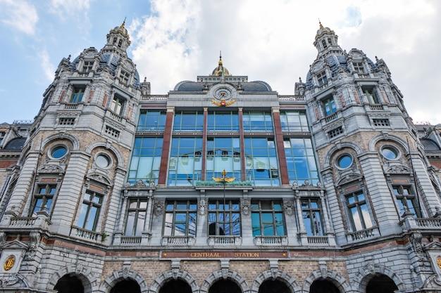 Antwerpen centraal station van buitenaf te bekijken